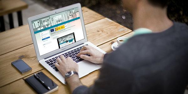 Alumno entrando a la plataforma online para realizar curso